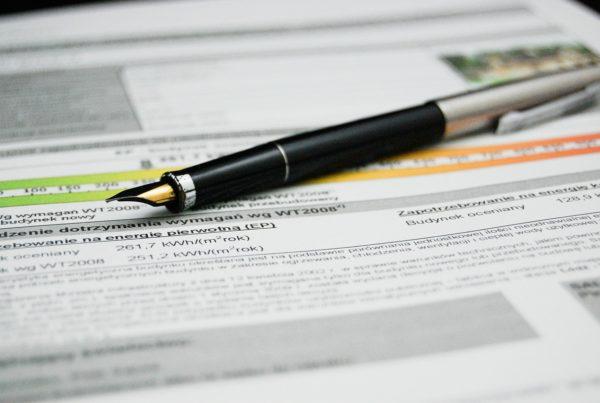 Dokument, auf dem ein Kugelschreiber liegt.